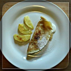Eierkuchen mit Vanille Quark und gebutterten Apfelstücken